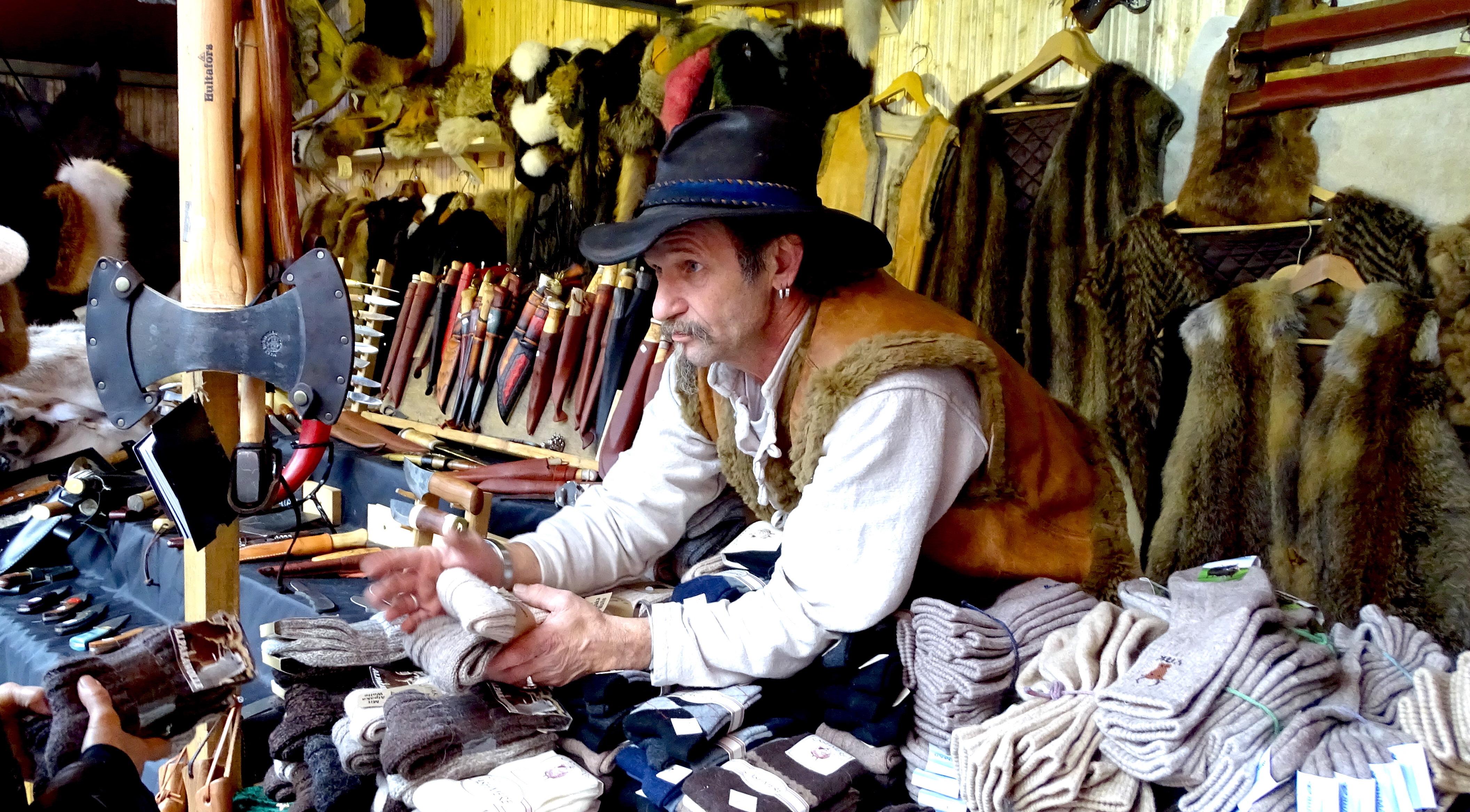 «Indie Mike» verkauft an dem Stand auf dem Luzerner Franziskanerplatz Tierfelle, Messer, Socken und Handschuhe