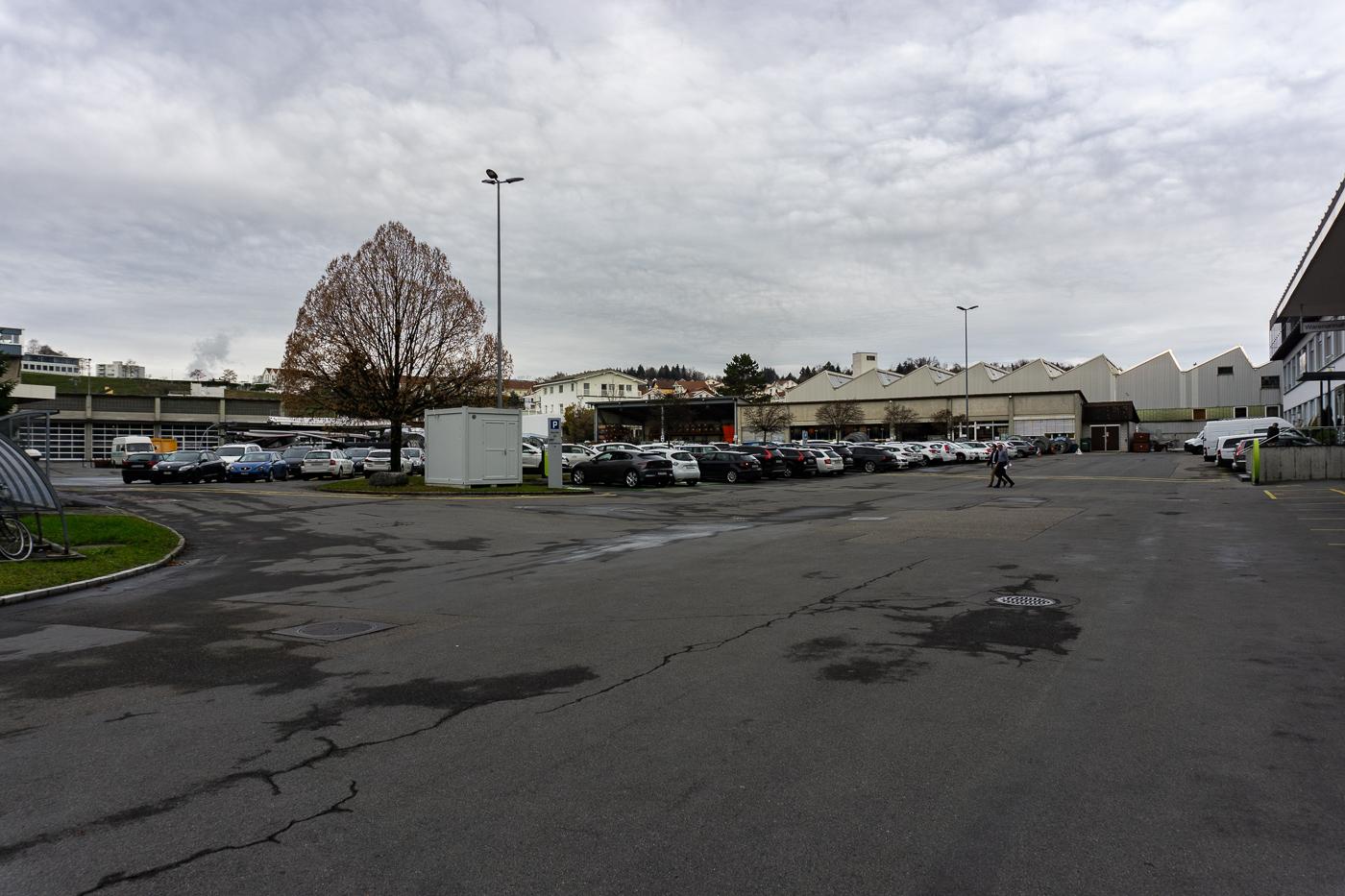 Eine Betonfläche mit Potenzial: Der Parkplatz hinter dem CKW-Hauptsitz in Reussbühl West.