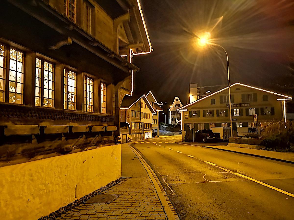 Schlicht und schön: Die beleuchteten Häuserkonturen in Oberägeri.