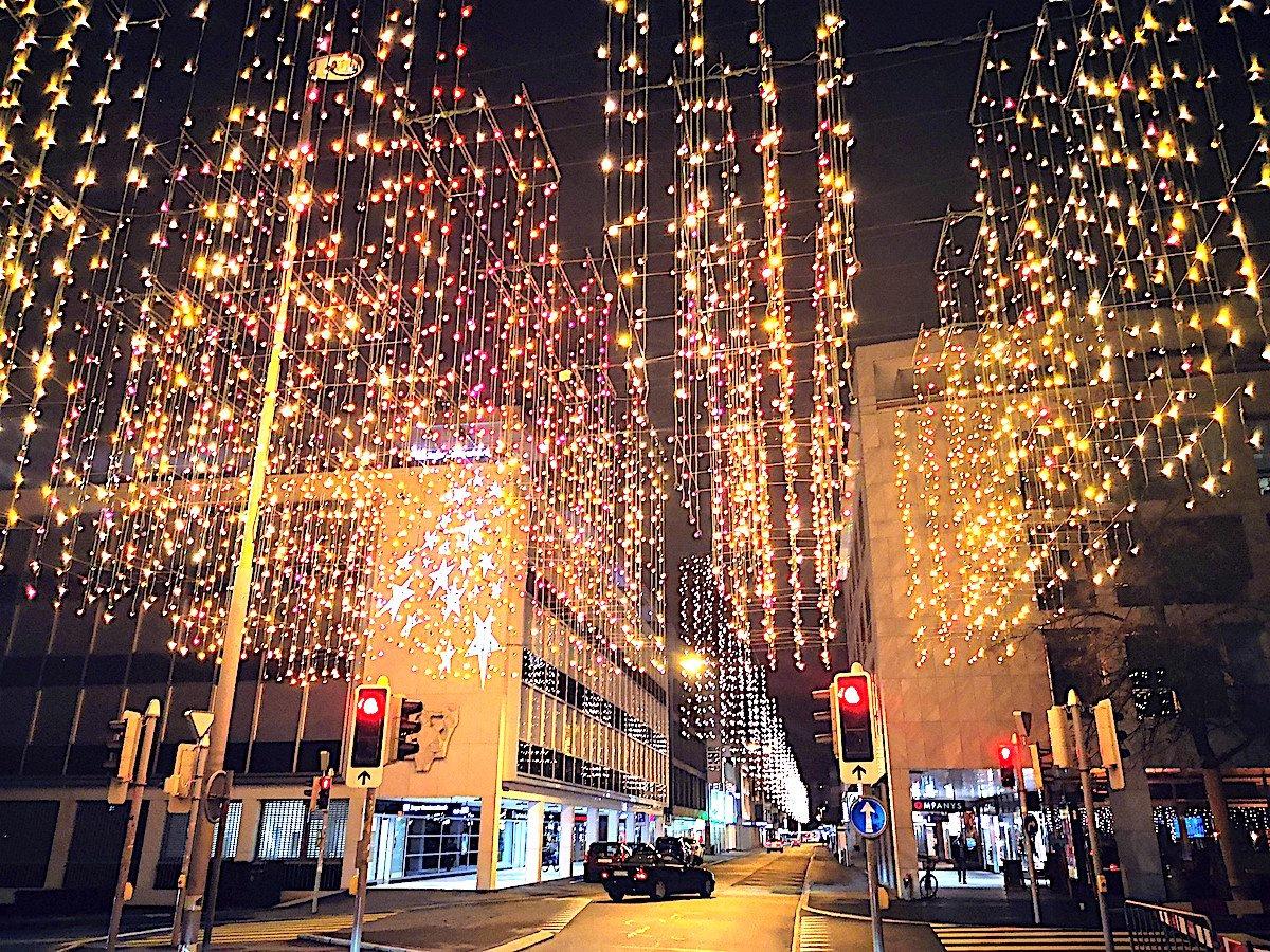 Sternenstaub in Zug: Sehr modern wirkt die Weihnachtsbeleuchtung auf der Bahnhofstrasse.