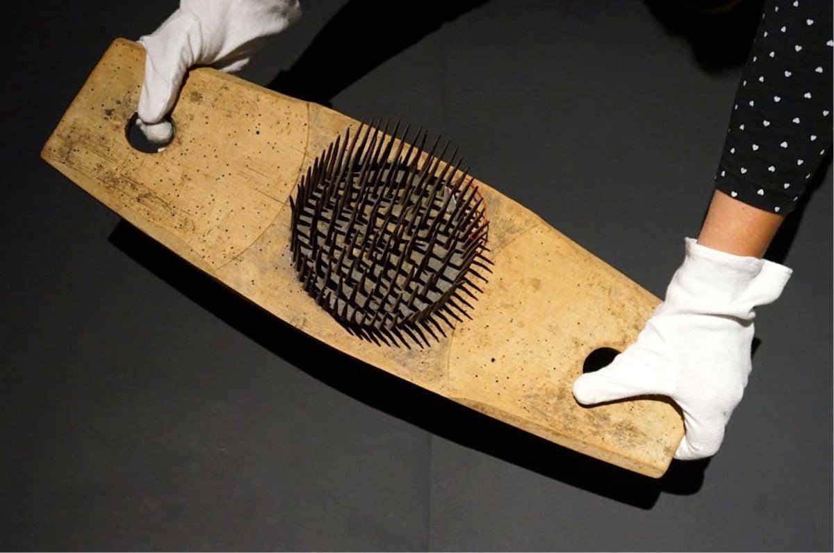 Die Hanfhechel: ein Werkzeug, mit dem Hanffasern gekämmt wurden. Sie diente zur Abwehr des «Toggeli», einem Geist, der sich nachts auf die Brust hockt und den Atem raubte.