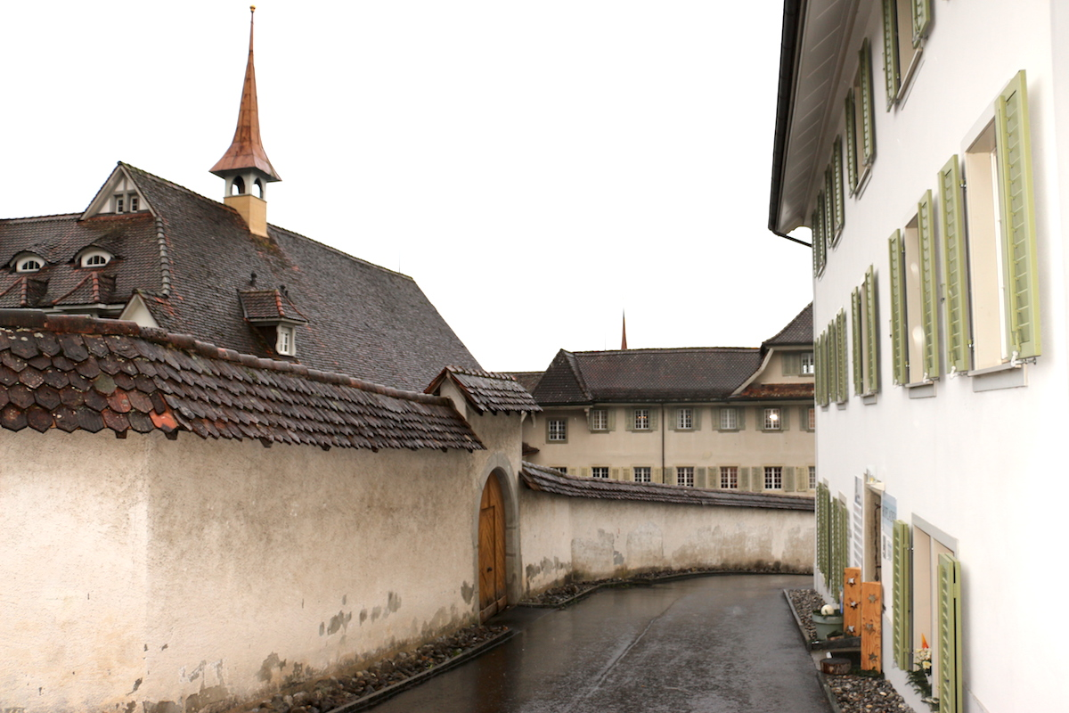 Links das Kloster, rechts der Klosterhof.