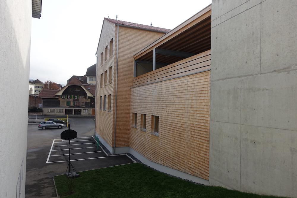 Der unterdrückte Dachvorsprung ist einem zeitgenössischen Architekturverständnis entnommen.