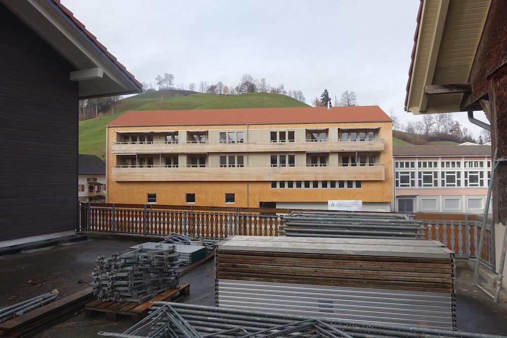 Die klare Gebäudeform nimmt auf die traditionellen Bauten Bezug.