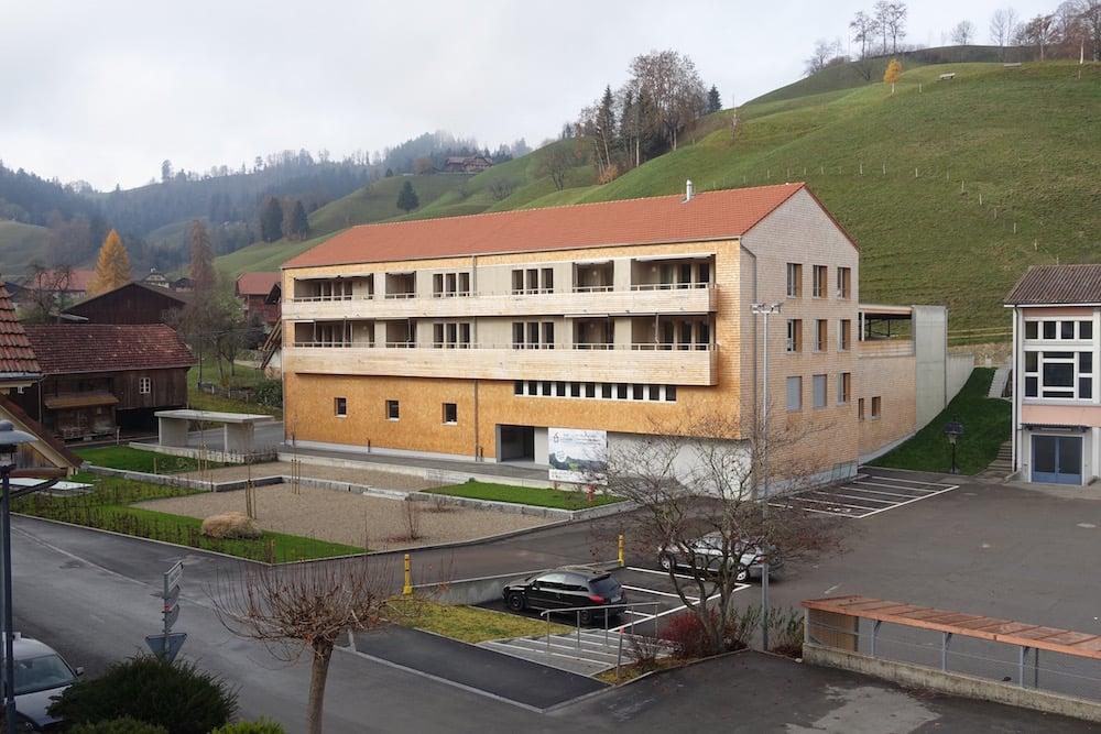 Der Gebäuderiegel unterbindet die Einsicht in den Werkhof vom Dorf.