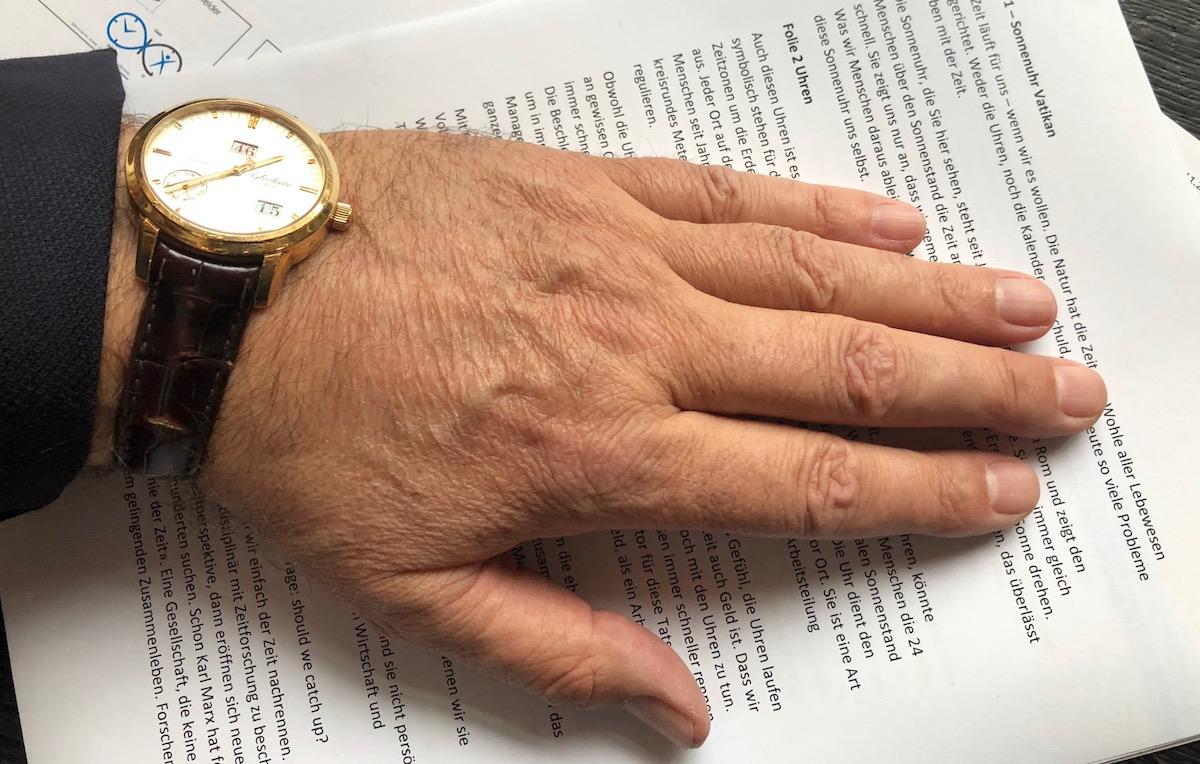 Uhr und Text: Ivo Muri kennt auch Zeitdruck, wenn es darum geht, Vorträge zu halten.