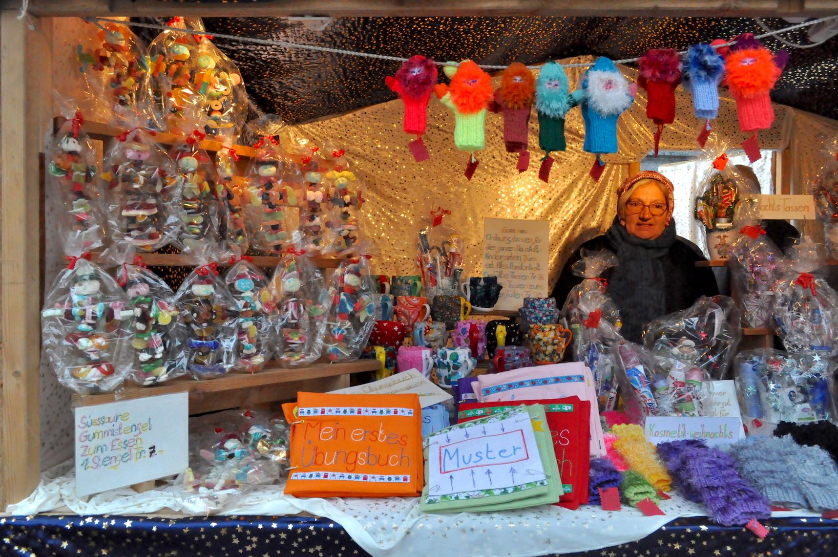 Süss-saures Schleckzeug für Kinder sind der Renner – daneben verkauft Heidi Weiss alles Mögliche.