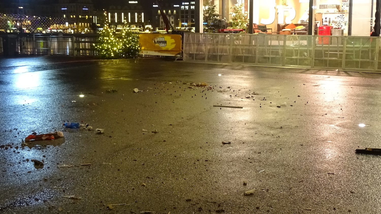 Um fünf Uhr morgens auf dem Europaplatz sind die Überreste von letzter Nacht noch sichtbar.