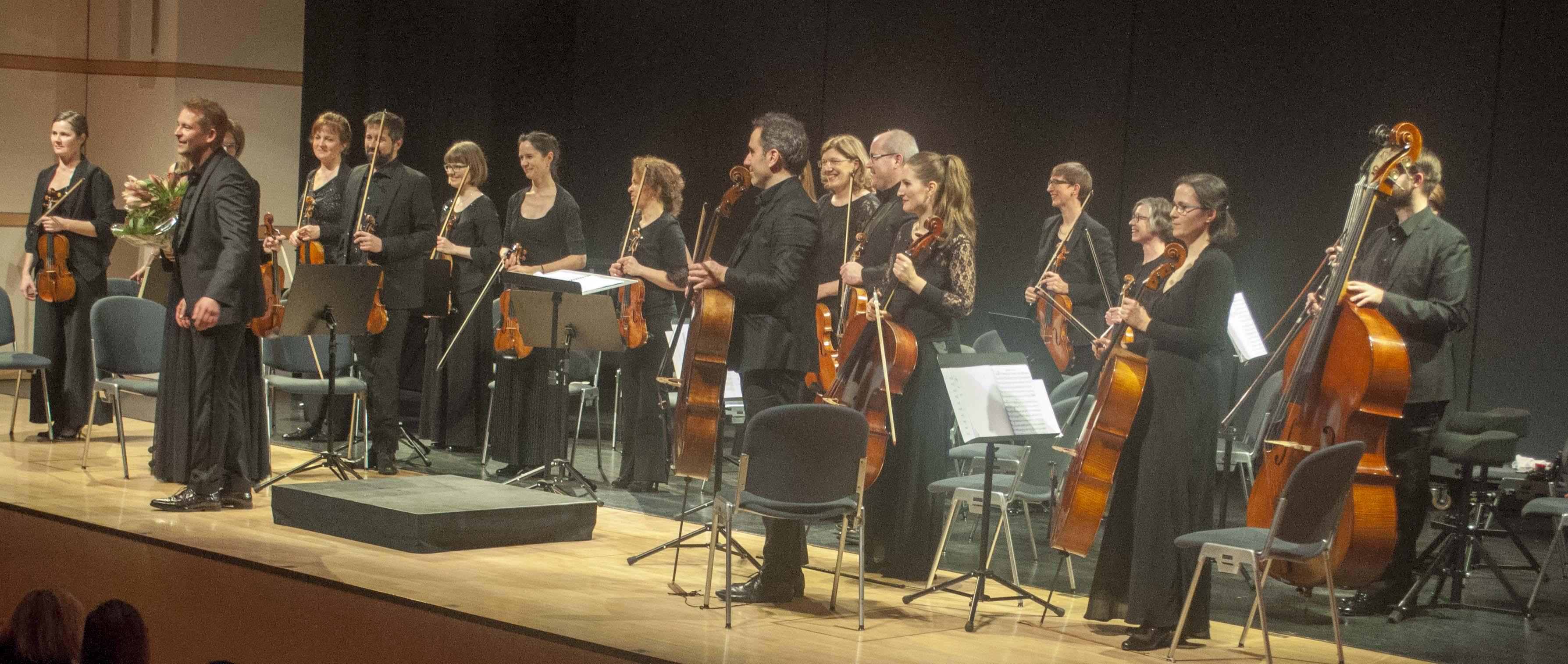 Die Zuger Sinfonietta lässt sich vom Publikum feiern.