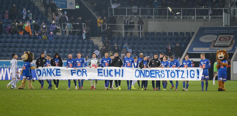 Nach dem Spiel gegen den FC St. Gallen bedankten sich die FCL-Spieler mit einem Transparent.