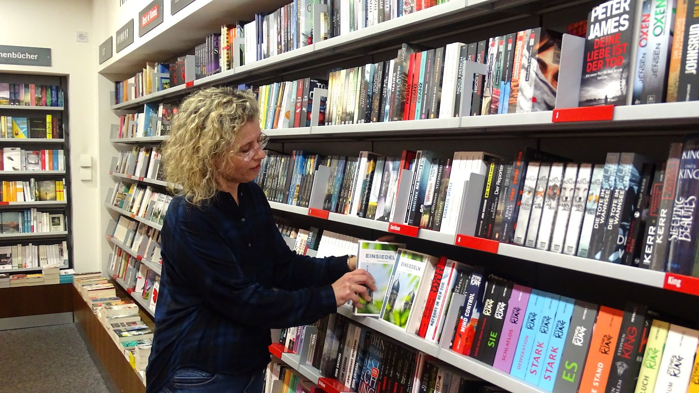 Zwischen den Büchern ist die Verkäuferin Christine Wuthier in ihrem Element.
