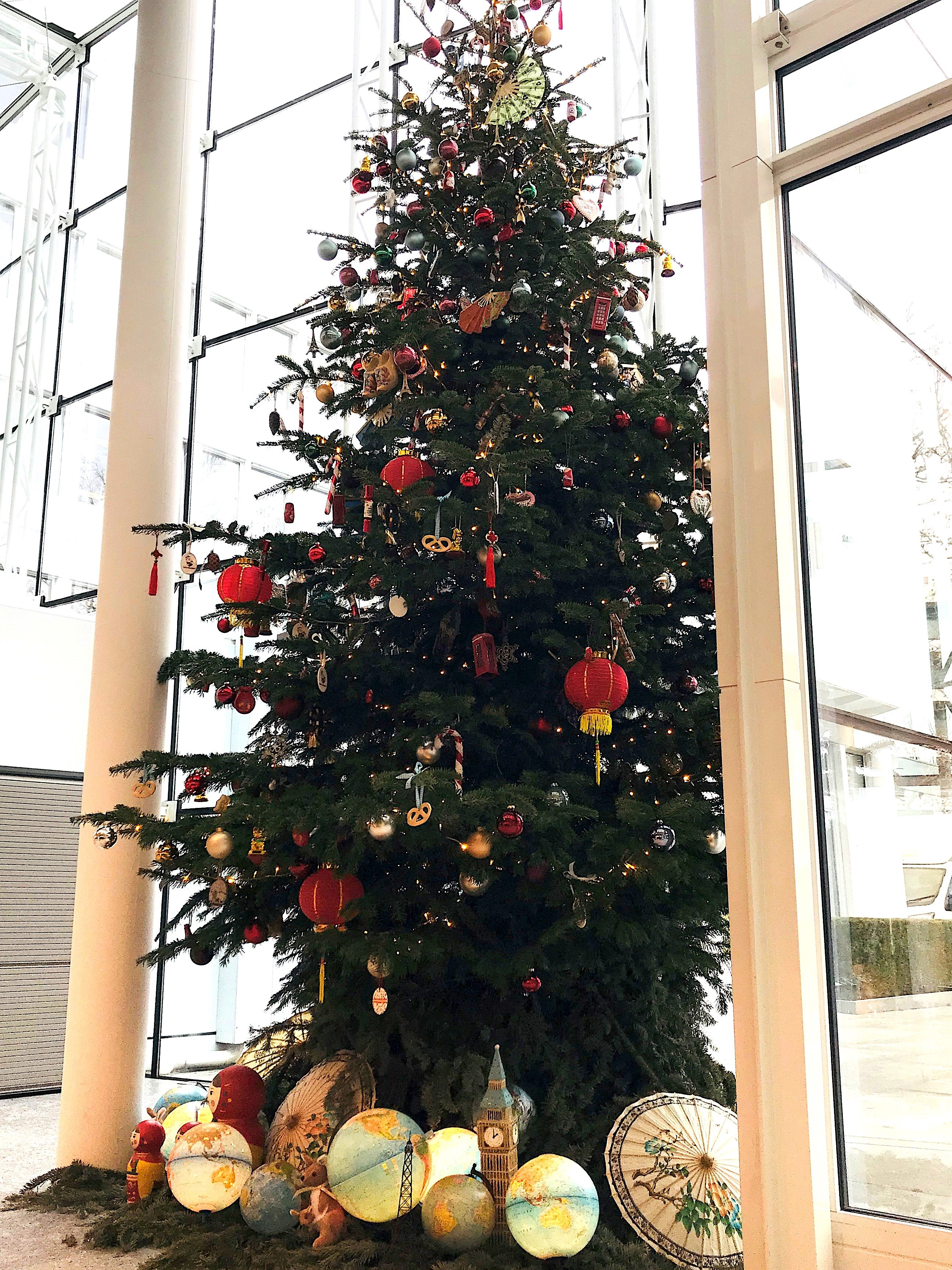 Stattlicher und reich geschmückter Weihnachtsbaum – über dieses Prachtexemplar können sich die Mitarbeiter von Glencore in Baar freuen.