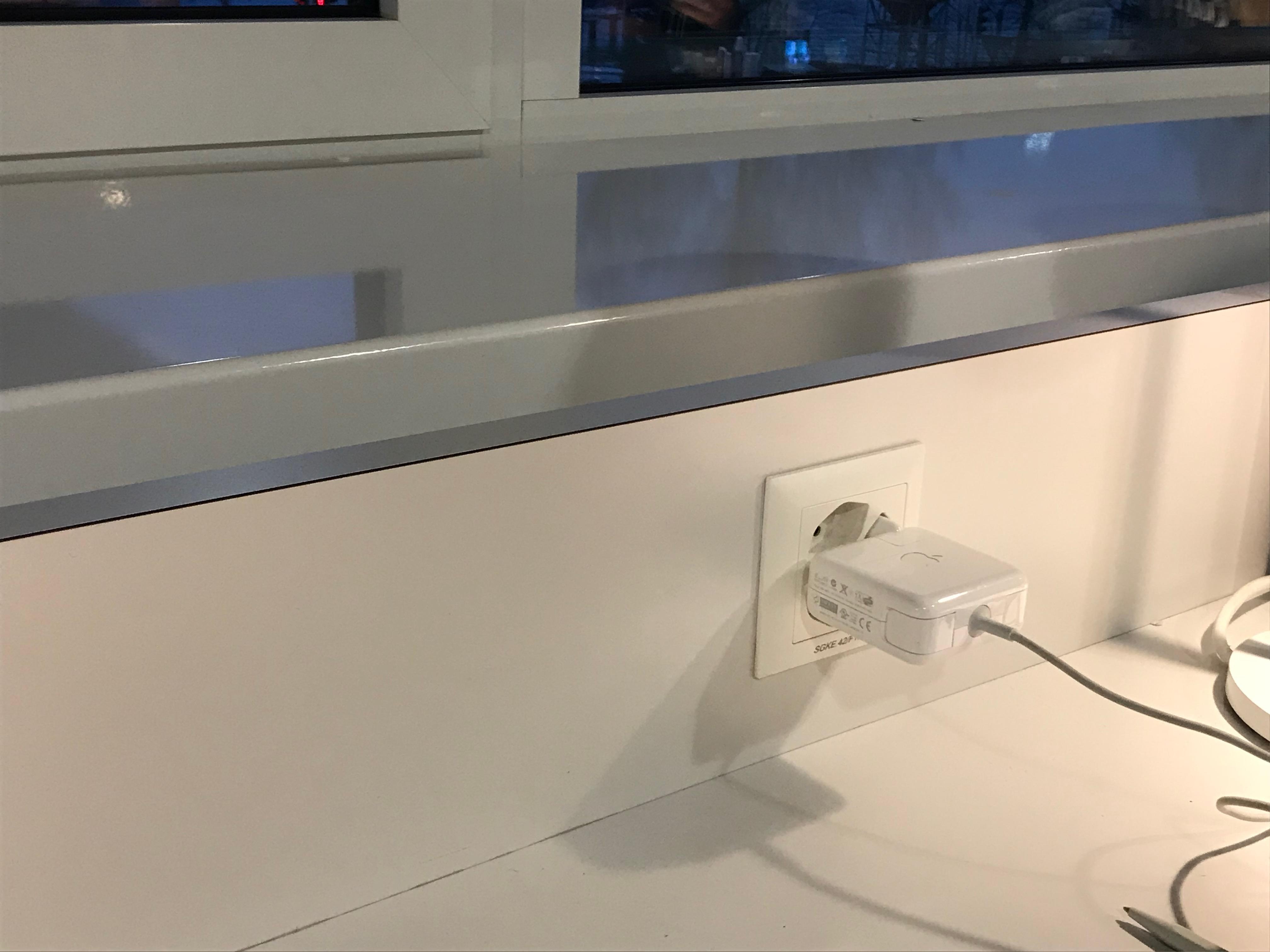 Riesen-Adaptern sei Dank: Gleich drei Steckplätze gleichzeitig können in Beschlag genommen werden.