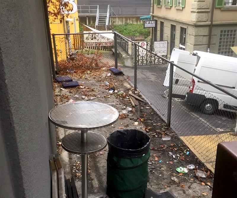 Die Terrasse wird geräumt. Bei der «Austrinkete» wird einiges in und um die «Gwerbi» bereits verschwunden sein.