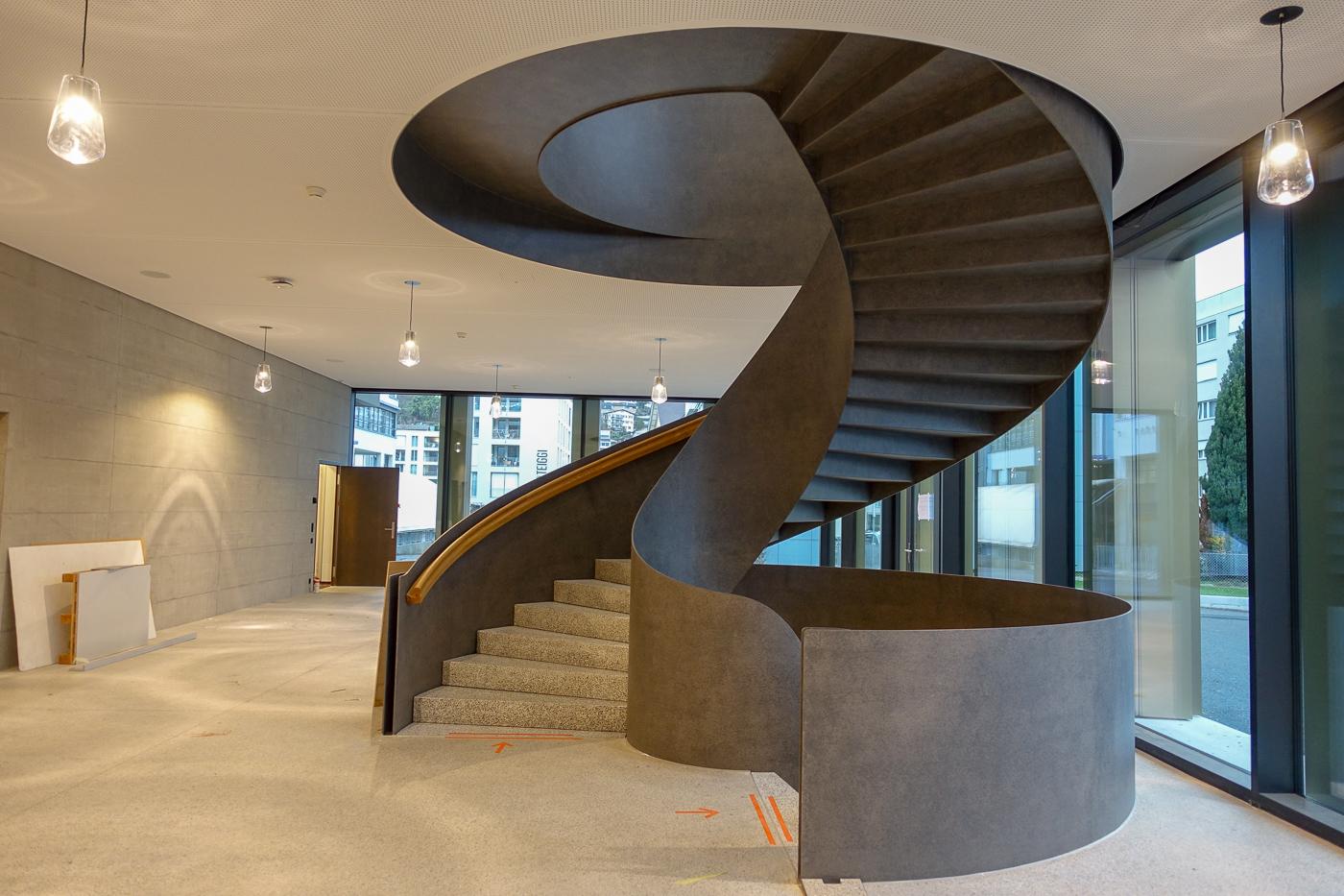 Blickfang im neuen Foyer des Krienser Stadthauses ist die Wendeltreppe.