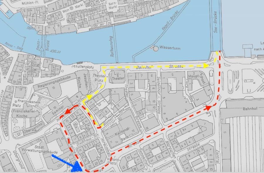Die Autos aus dem LUKB-Parkhaus müssen dereinst neu über die Pilatusstrasse (rot) statt wie bisher über die Bahnhofstrasse (gelb). Der blaue Pfeil zeigt die Kreuzung, die neu gestaltet werden muss.