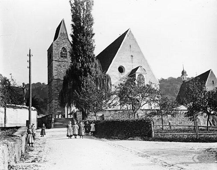 Die alte Kirche St. Michael Zug mit Glockenturm von 1895. (Foto: Archiv Denkmalpflege des Kantons Zug)
