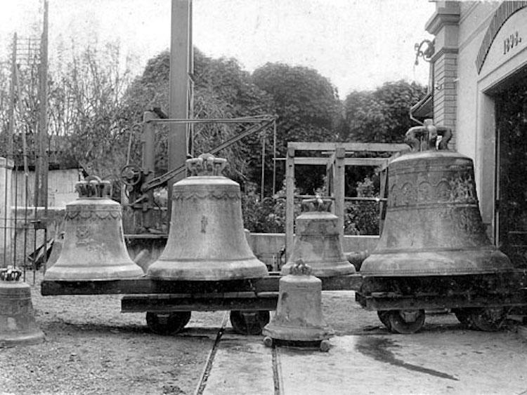 Die demontierten Glocken der alten Pfarrkirche St. Michael Zug von 1902. Die grösste rechts war die «Chriesigloggä». (Foto: Archiv Katholische Kirchgemeinde Zug)