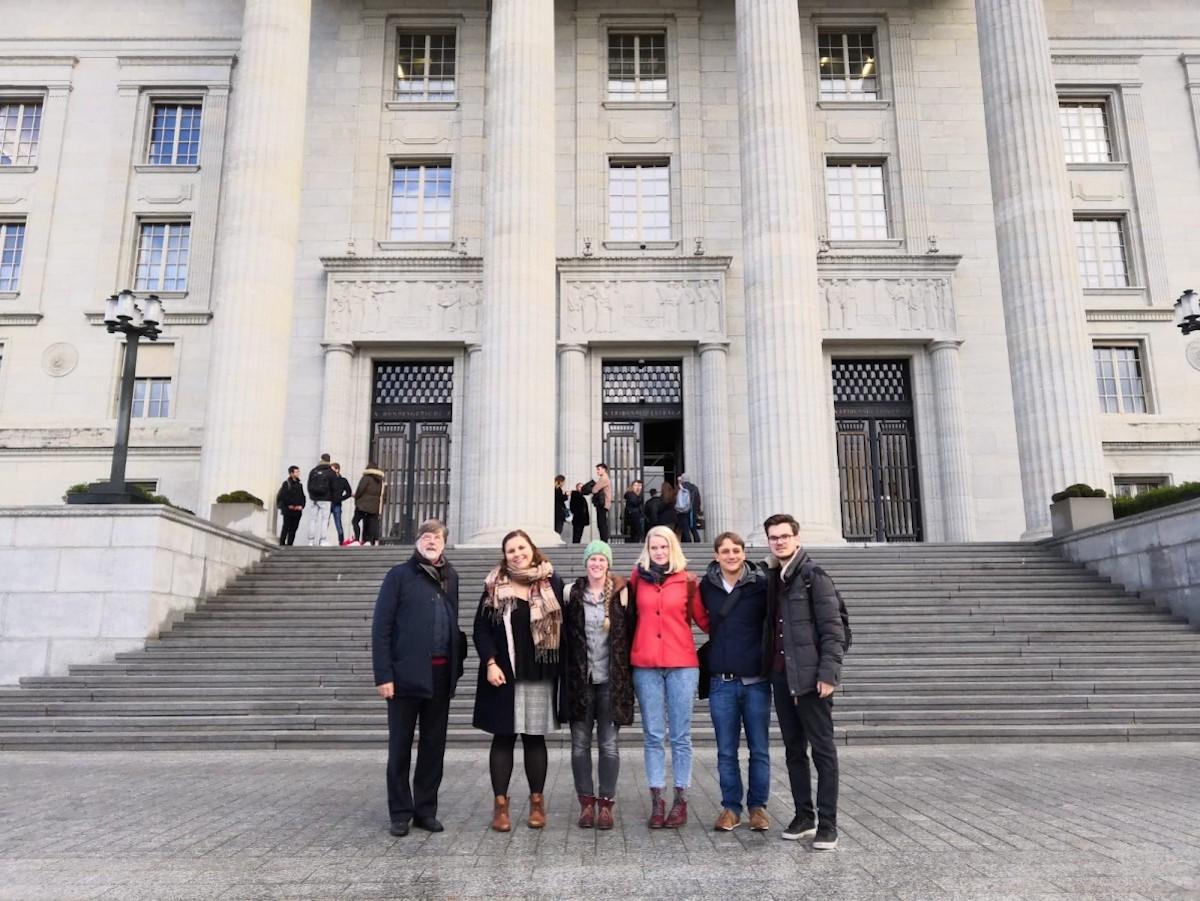 Die Delegation des Zuger Komitees für bezahlbaren Wohnraum um Anna Spescha (3. v. l.) und Konradin Franzini (r.) vor dem Bundesgericht in Lausanne.