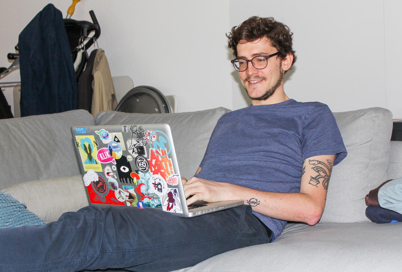 Das Leben eines Animationsfilmers spielt sich nicht nur im Atelier ab. Auch auf dem Sofa kann Frederic Siegel bestens arbeiten.