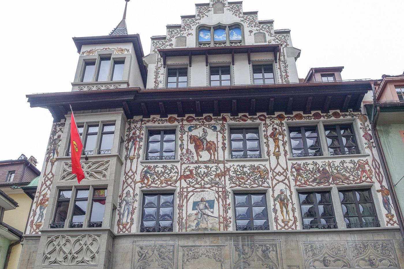 Haus am Hirschenplatz: Im 19. Jahrhundert wurden zahlreiche Gebäude mit solchen Fresken geschmückt.