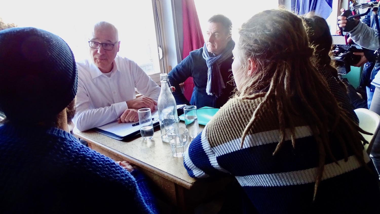 Marko Virant (links), Leiter Dienstabteilung Immobilien, im Gespräch mit Bewohnerinnen und Bewohnern des Eichwäldli.