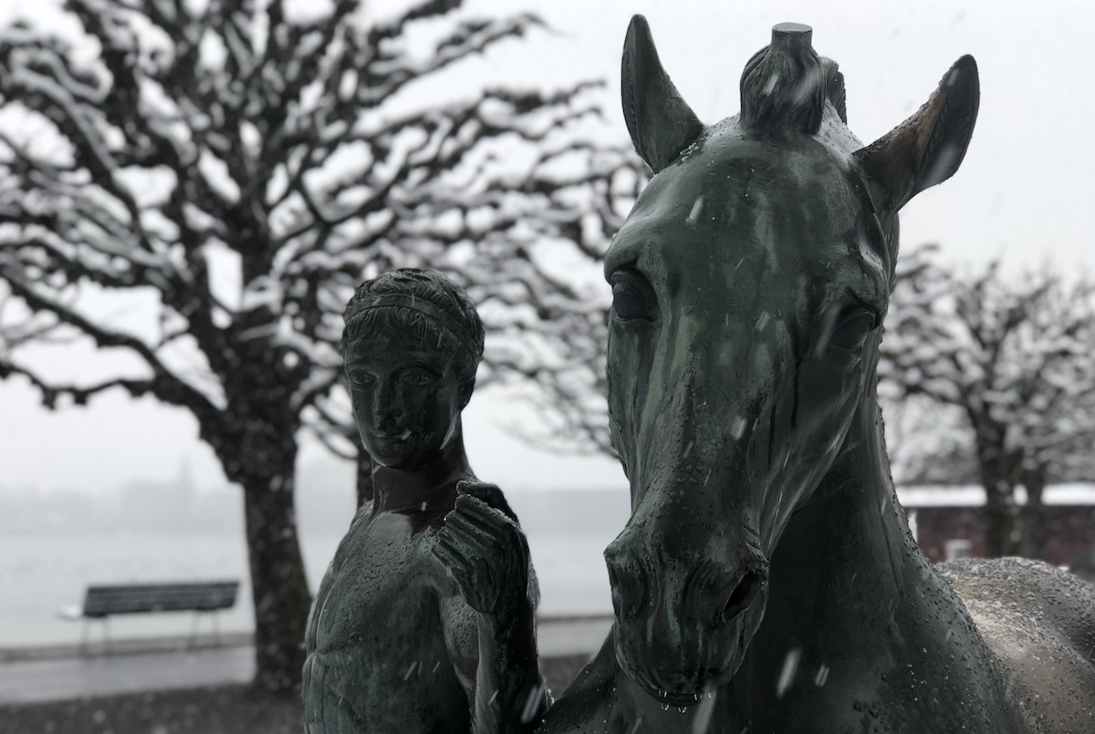 Ehre in Luzern: zwei Statuen mit Jünglingen und Pferden sind Carl Spitteler gewidmet.