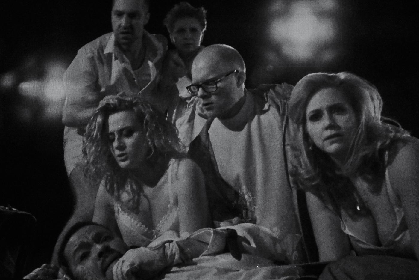 Der grösste Teil des Geschehens spielt sich im Dunkeln ab und von einer Infrarot-Kamera auf die Leinwand projiziert.