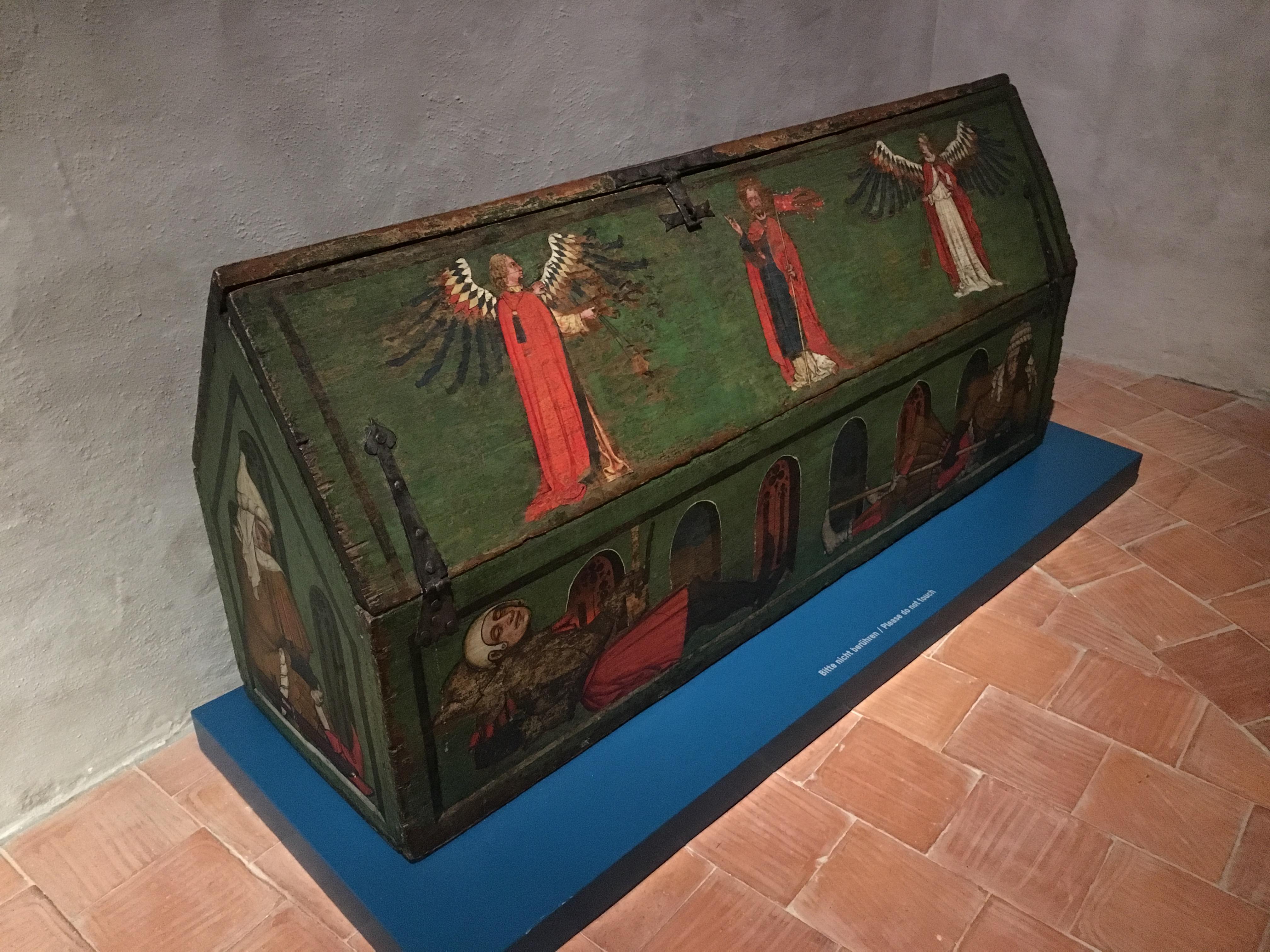 Die geschlossene Heilig-Grabtruhe aus Baar (1430) mit dem Bild des auferstandenen Christus auf dem Deckel / Bild: Museum Burg Zug