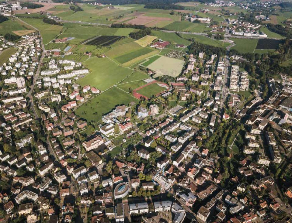 Sicht auf Cham und das Gebiet Allmendhof/Röhrliberg auf dem die Kantonsschule geplant ist.