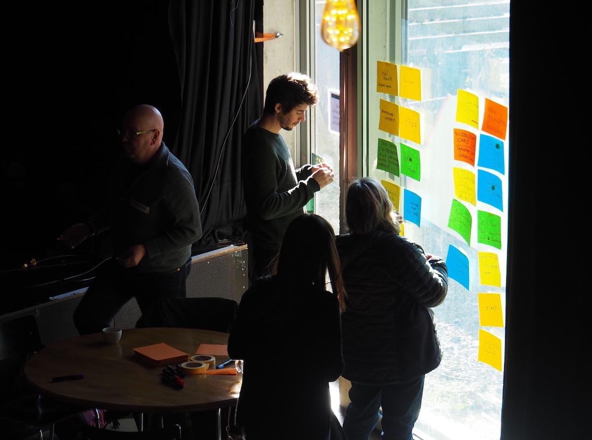 Wenn die Wände vor lauter Ideen nicht mehr reichen, müssen die Fenster dran glauben.