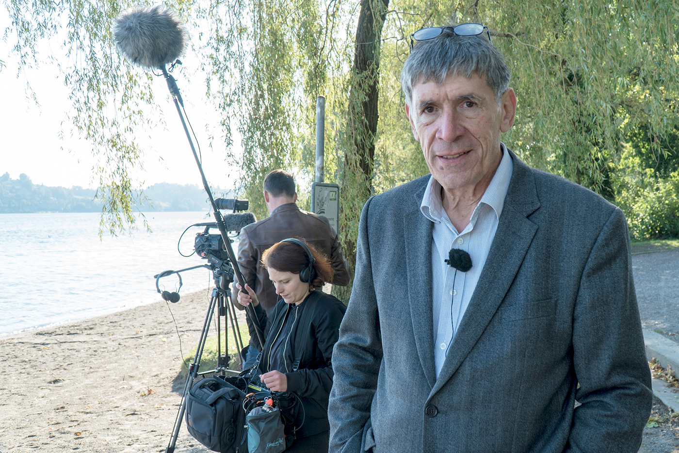 Regisseur Reinhard Manz mit seinem Drehteam in der Ufschötti.