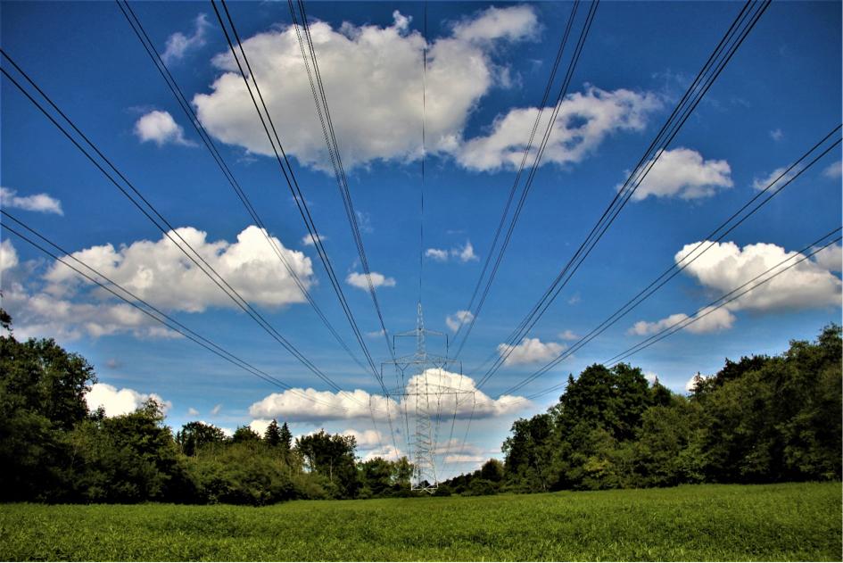 Laut dem Bundesamt für Umwelt können Hochspannungsleitungen bis in eine Entfernung von 150 bis 200 Meter die Magnetfeldbelastung erhöhen.