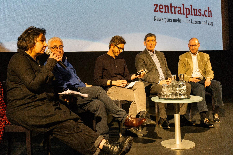 Catherine Huth und Andreas Stäuble vom Verein (links) sowie Reinhard Manz und vom Filmteam (rechts) diskutieren mit zentralplus-Redaktor Jonas Wydler (Mitte).