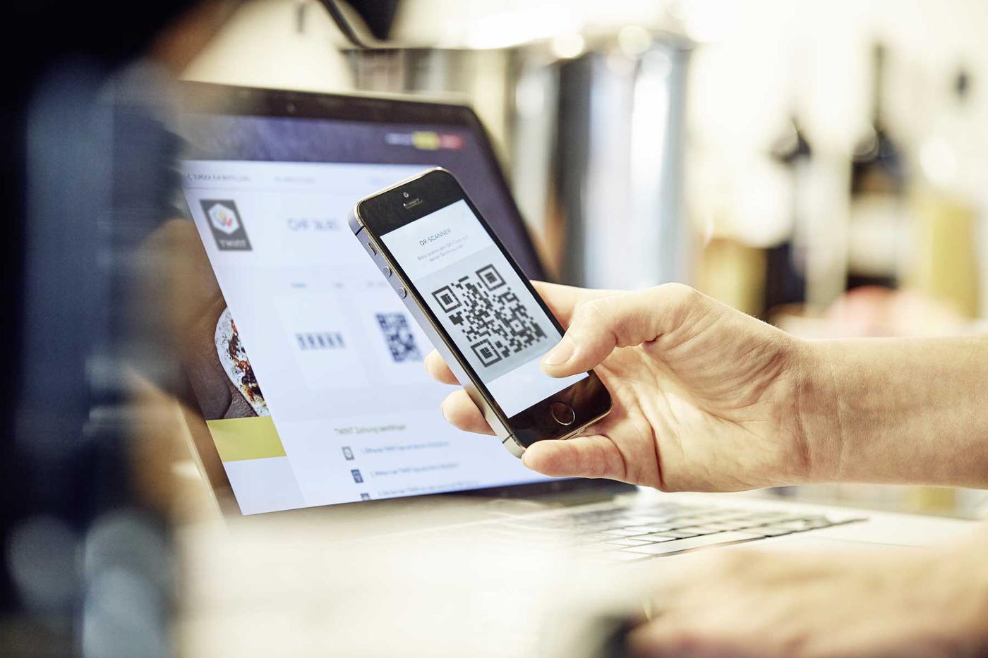 Das Einkaufen im Internet wird durch die Bezahl-App auf dem Smartphone vereinfacht.