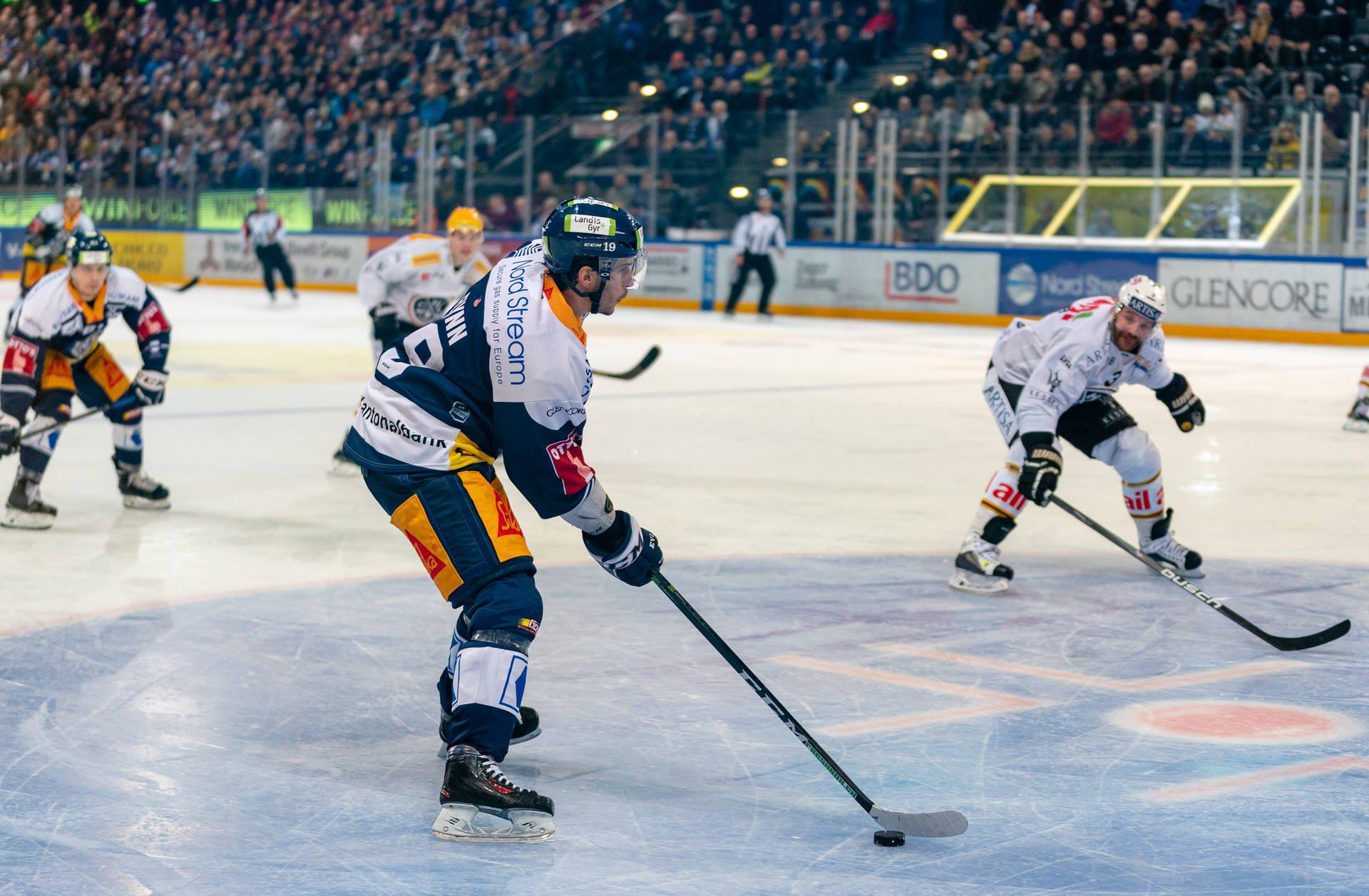 Brian Flynn in Aktion in seinem ersten Heimspiel für den EVZ gegen den HC Lugano.
