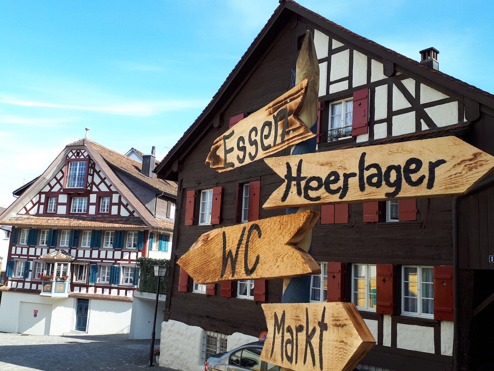 Die Zuger Dorfstrasse im Zeichen des Mittelalterfests.
