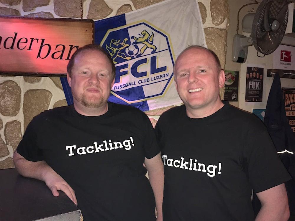 Raffi (links) und Michi Gründeler im offiziellen ‹Tackling›-Shirt.