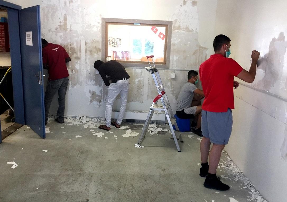 Den Bau der Basis-Lernwerkstatt nahmen die Asylsuchenden zusammen mit dem Betreuungsteam selber in die Hand.