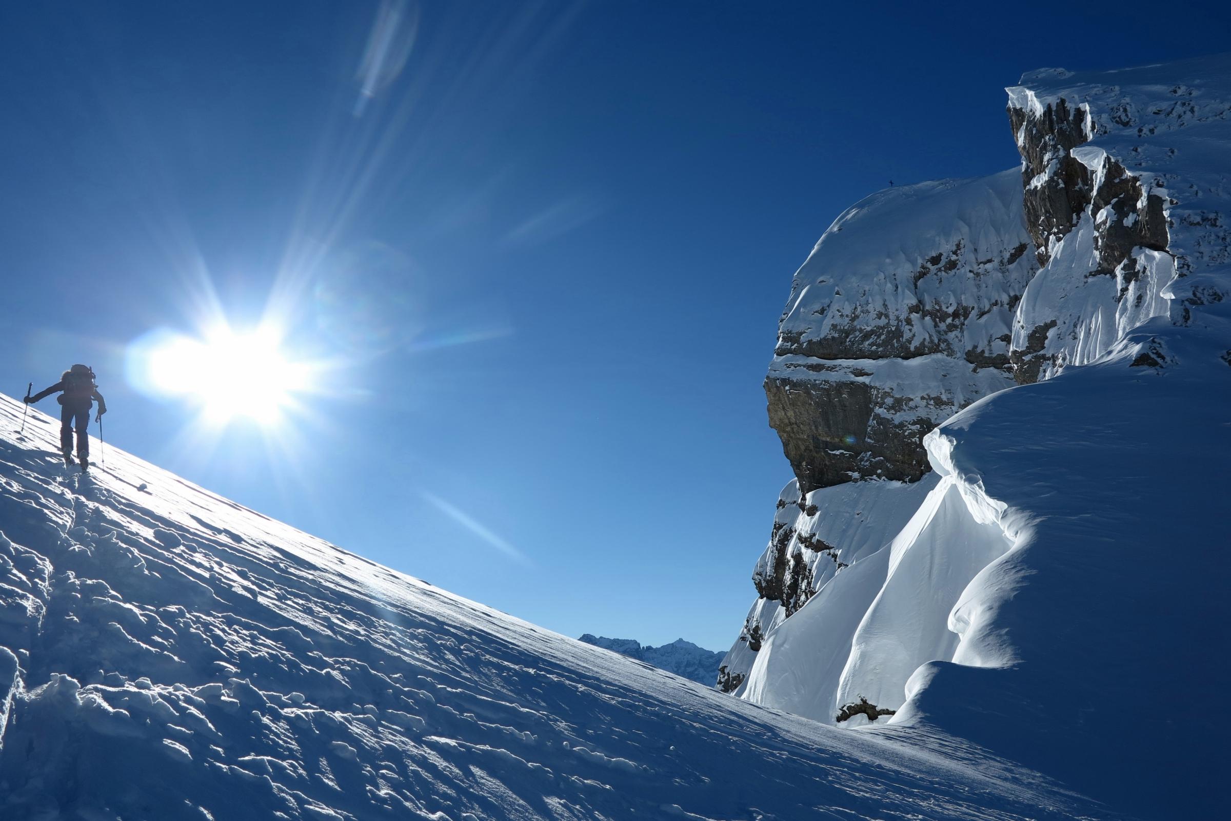 Im Sattel zwischen Blüemberg und Chronenstock (rechts), wärmt endlich die Sonne das Gesicht. Aufgepasst vor den mächtigen Wechten!