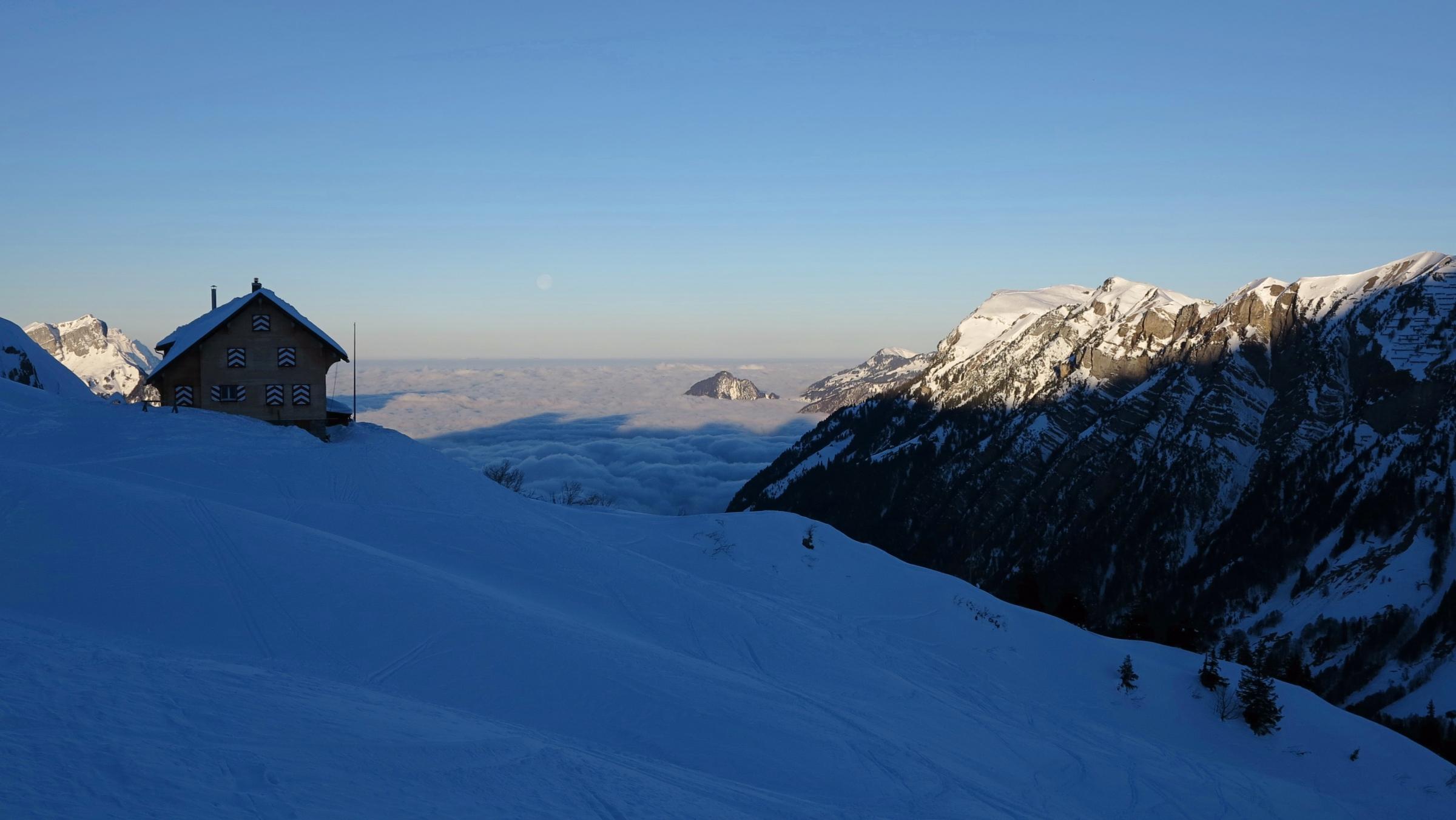 Zwar über dem Nebelmeer, doch in der Eiseskälte. Wen nach einer Viertelstunde bereits die warme Stube lockt, der wird in der Lidernenhütte fündig.