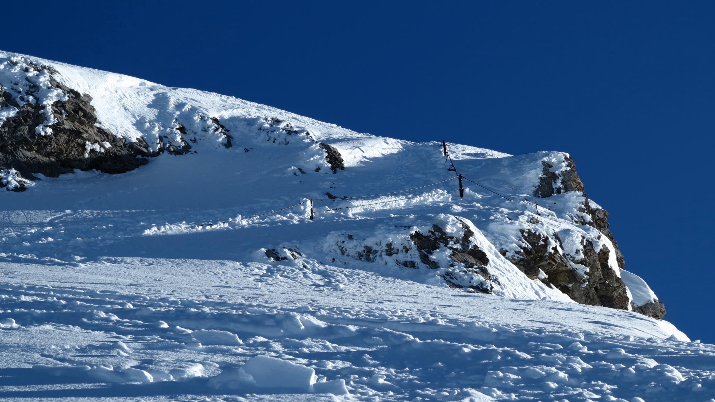 Der Fussaufstieg zum Gipfel ist durch ein Fixseil entschärft. Einen Eispickel dabei zu haben schadet allerdings nicht, sollte das Seil eingeschneit oder der Aufstieg vereist sein.