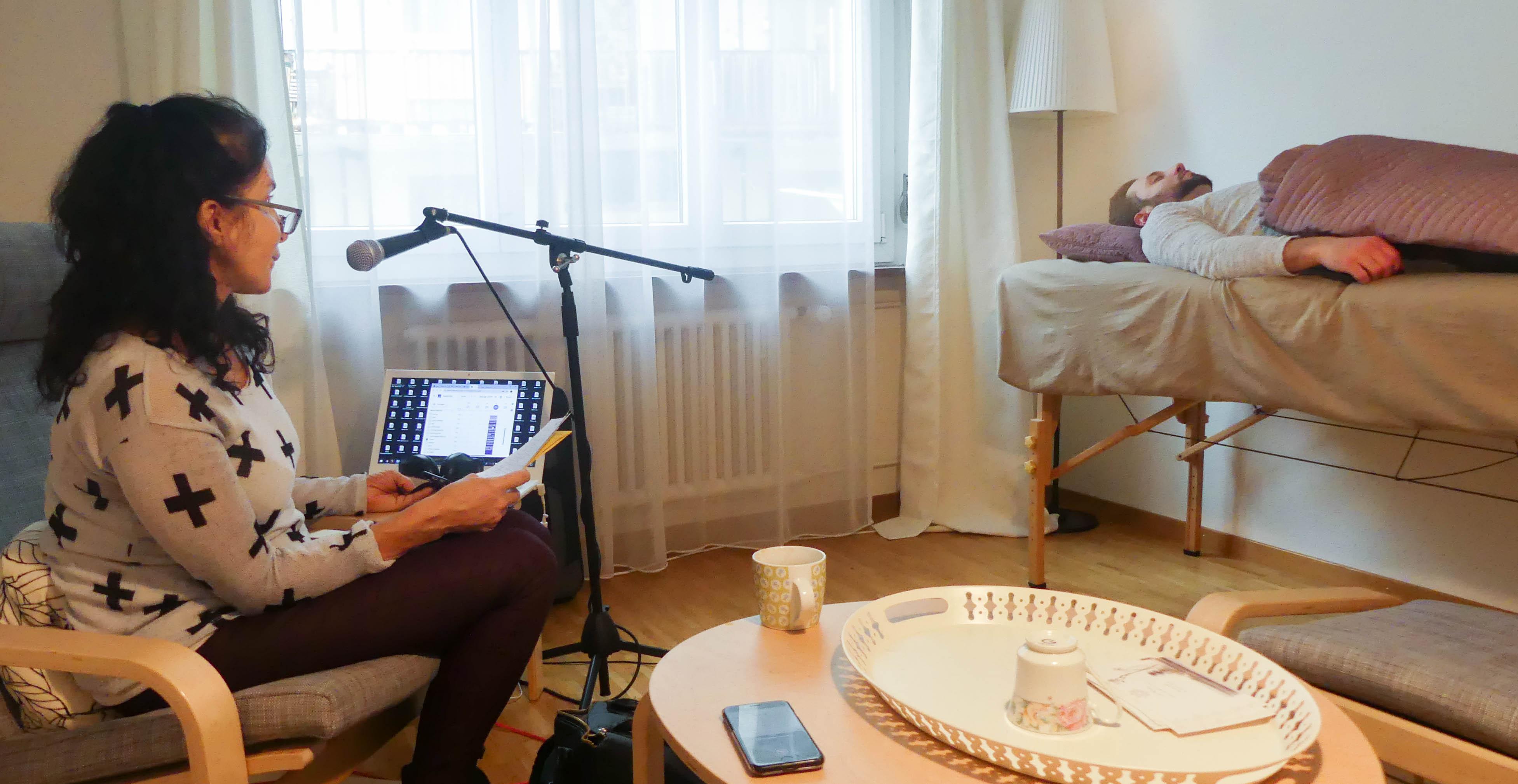 Lässt sich in Trance verfallen, um so rauchfrei zu werden: David bei der Hypnotiseurin Barbara Müller-Kütt.