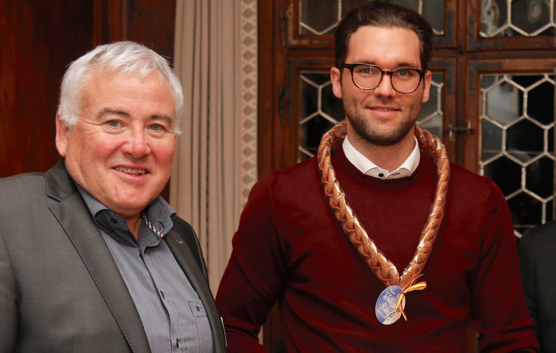 Auch Daniel Fanger (links), Spieler des SC Kriens, gehörte zu den Ausgezeichneten. Im Bild mit Stadtrat Franco Faé.