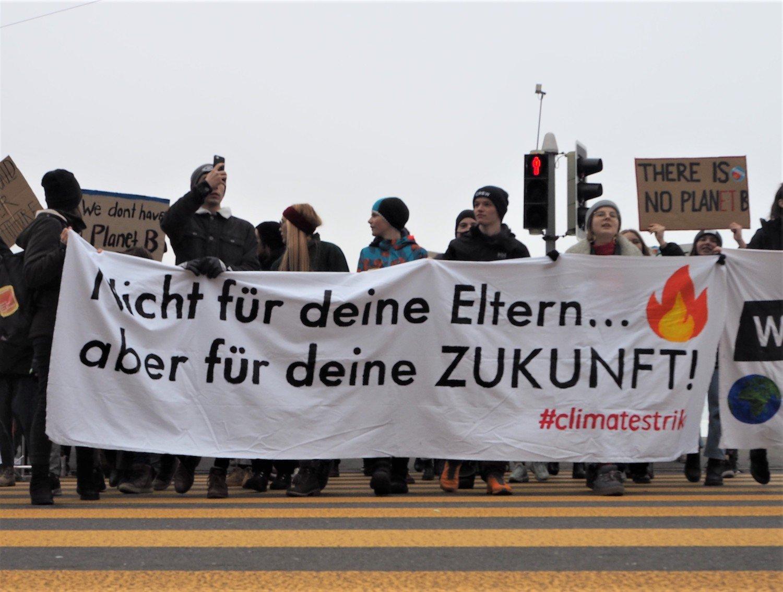 Nicht nur Schüler, sondern auch Erwachsene nahmen an der Klimademo am Samstag in Luzern teil.