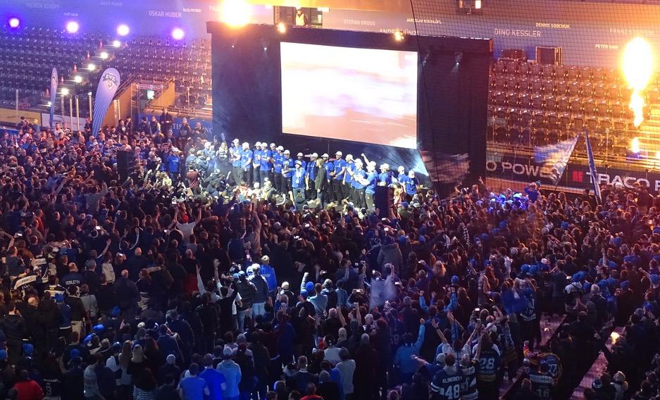Die Zuger Spieler werden in der Bossard Arena frenetisch gefeiert.