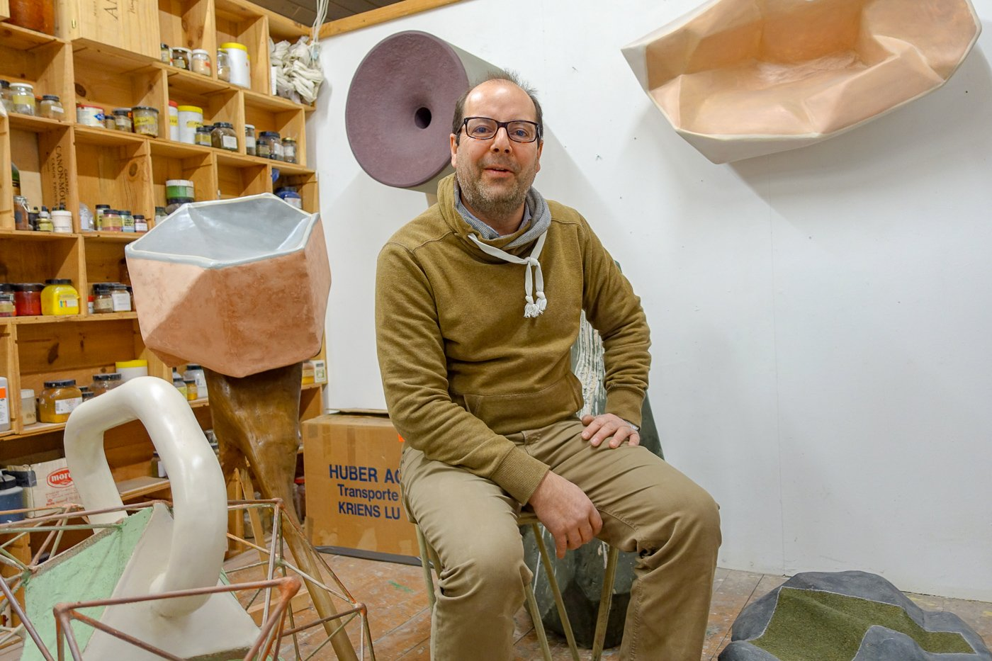 Er sitzt auf einem Hocker aus Altpapier: Matteo Laffranchi in seinem Atelier.