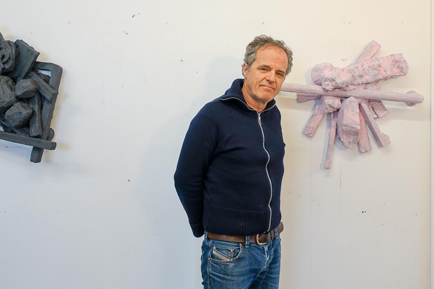 Der Künstler André Schuler mit seinen Styropor-Gips-Objekten, die bald in der Kunsthalle zu sehen sein werden.