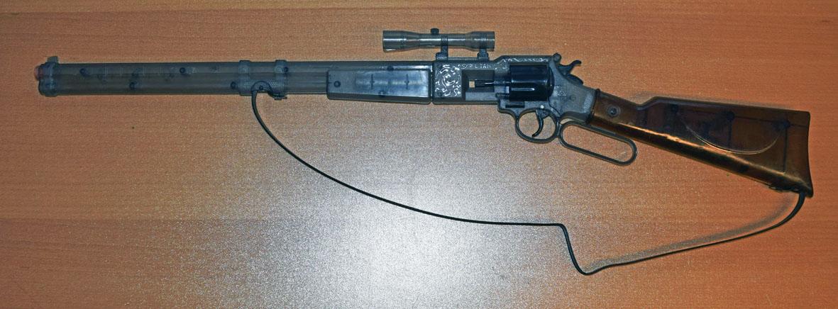 Erlaubt: Durchsichtiges Spielzeuggewehr.