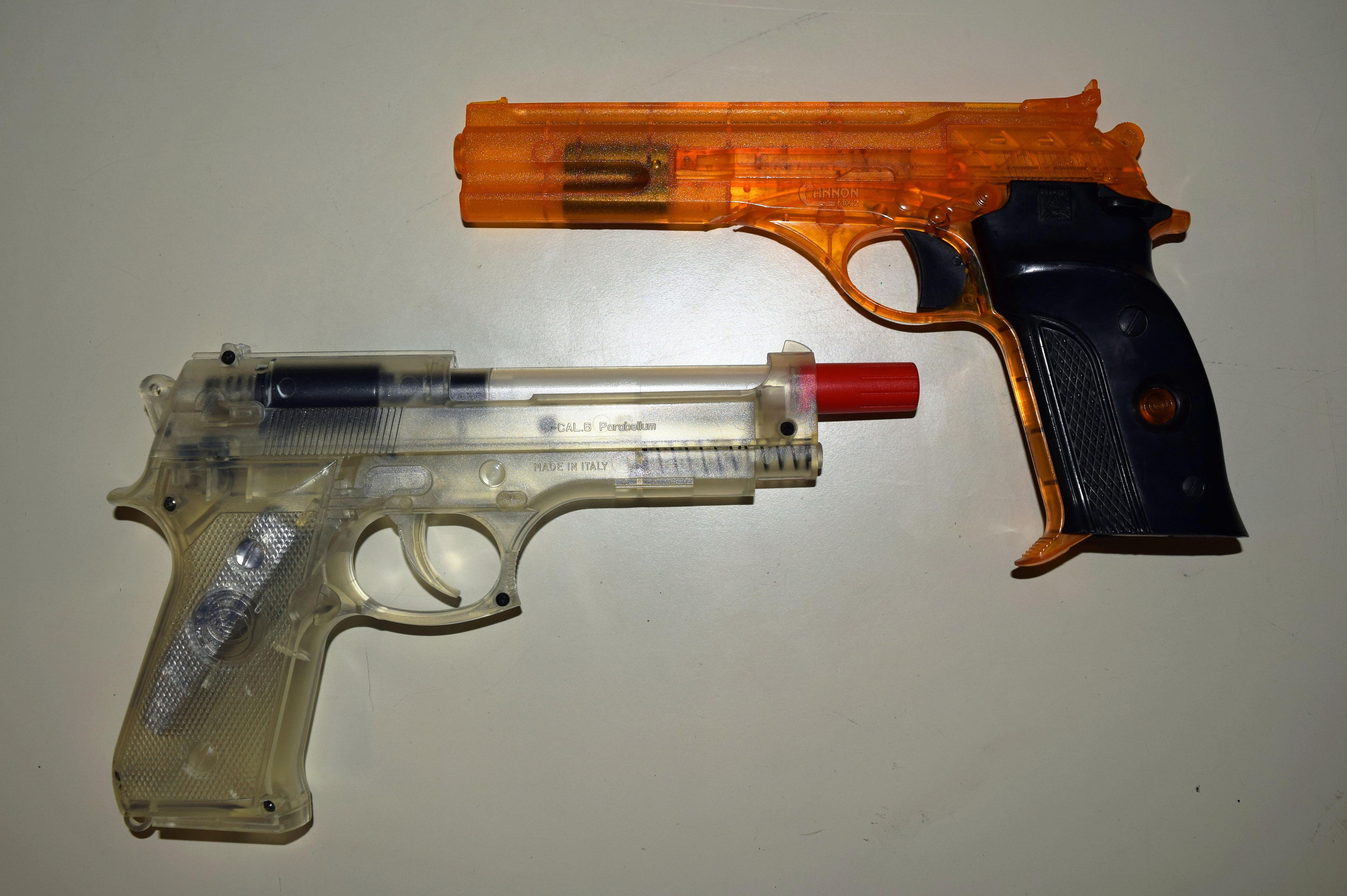 Erlaubt: Durchsichtige Spielzeugpistolen.